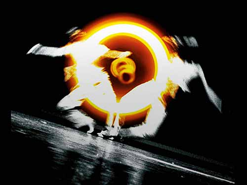 Brand Design »Tanz & Theater«. Sehen Sie hier unsere grafische Gestaltung für das Rodeo Tanz- und Theaterfestival ist eine Plattform für experimentelle Künstler der darstellenden Kunst. Eine seltene Bühne für Künstler, die sich fern von kommerziellen Anpassungen kompromisslos Ihren Emotionen stellen. Choreographien und Performances vermitteln Einblicke in Gefühlswelten, die Grenzen auszuloten. Projekte, die Tabus durchbrechen und Empfindungen wie z. B. Hilflosigkeit und Verunsicherungen thematisieren. Diesen Gedanken griffen wir auf, um ihn als zentralen Aspekt zum Key Visual zu machen. Wir entdeckten ein Foto der Berliner Theaterfotografin Marion Borriss, das zwei Tänzer auf einer schiefen Ebene zeigte. Die Gefahr des Abrutschens und Fallens rührt an Urängsten, die mich beim Betrachten des Fotos schnell erreichten. Wir kombinierten dieses Foto mit einem Lichtkreisel, um den Titel »Rodeo«, in das Bildmotiv einzubringen. Das Kreiseln um die eigene Achse, sollte die Auseinandersetzung des Künstlers mit sich selbst symbolisieren. Mit einer Collagetechnik kombinierten wir diese beiden Bilder. So entstand das Motiv, aus dem wir anschließend Plakat, Spielplan, Programmbroschüre, Flyer, Einladungen, Website, u.a. entwickelten. Gerne visualisieren wir auch Ihre Impulse. Für ein unverbindliches Beratungsgespräch sind wir unter Tel. +49 172 890 84 90 gerne für Sie da.