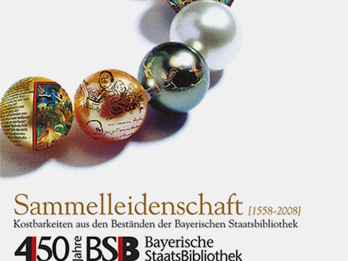 Sie sehen Corporate Identity für die Ausstellung »Sammelleidenschaft [1558-2008]. Kostbarkeiten aus den Beständen der Bayerischen Staatsbibliothek«. Für acht Schatzkammer-Ausstellungen, die im 450. Jubiläumsjahr der Bayerischen Staatsbibliothek gezeigt werden sollten, galt es, eine visuelle Identität zu entwickeln, die für die Bewerbung aller acht Ausstellungen verwendet werden könnte. Wir gestalteten als Key Visual eine Perlenkette mit neun Perlen. Auf acht Perlen wurde ein Hauptmotiv der jeweiligen Ausstellung projeziert. Eine Kugel blieb ohne Bildmotiv, sie stand für die Bayerische Staatsbibliothek als Ganzes. Die Perlenkette als Key Visual stellte den Bezug zum Ort der Ausstellungen her, genannt »Schatzkammer«. Die Illustration wurde mit digitalen Techniken realisiert. Auf der Basis dieses Keyvisuals wurden Plakate, Flyer, Anzeigen, Fahnen, Ausstellungstafeln, Banner und andere Medien gestaltet und produziert.